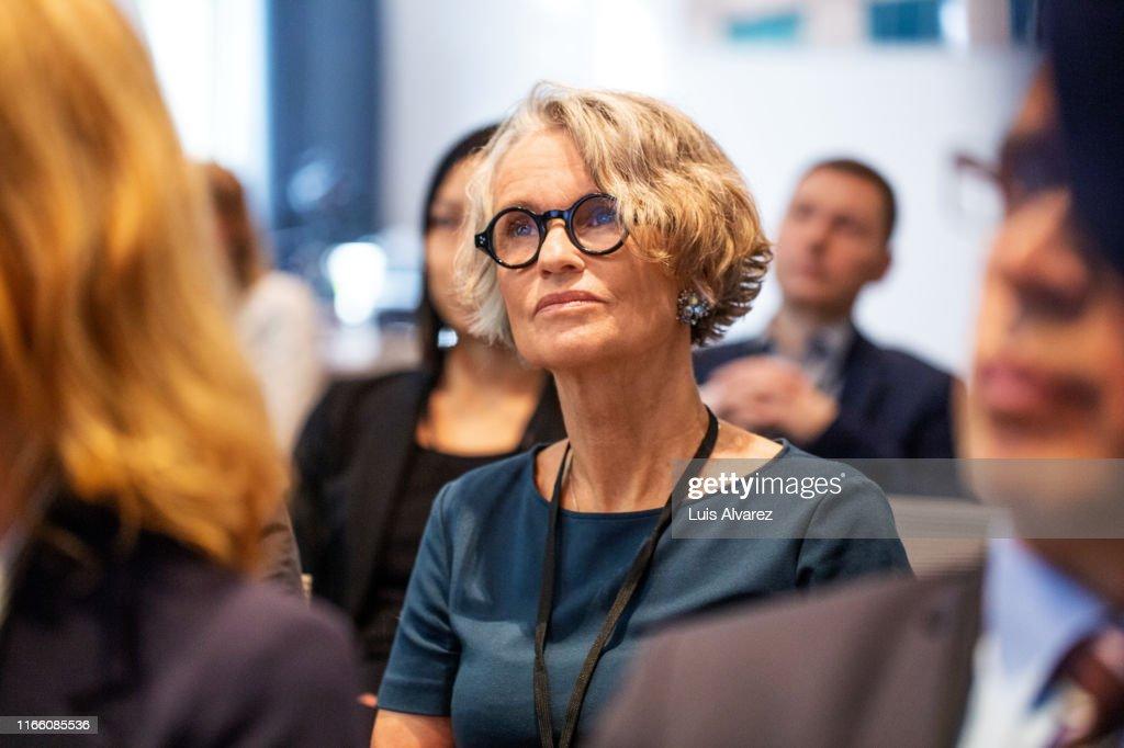Senior businesswoman attending seminar : Stockfoto
