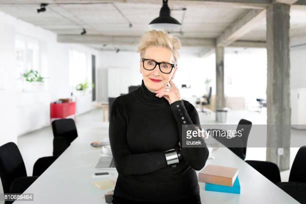 empresaria senior en el estudio - izusek fotografías e imágenes de stock