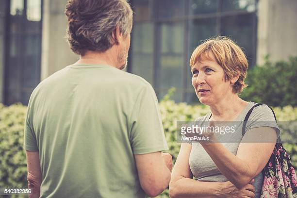 Senior europäischer Abstammung paar reden im Freien