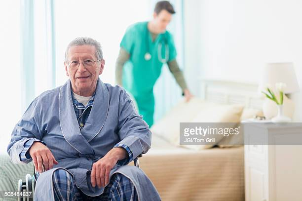 senior caucasian man smiling in wheelchair - chambre hopital photos et images de collection