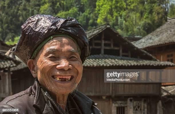senior hombre chino de dong con sonrisa sin dientes - personas sin dientes fotografías e imágenes de stock