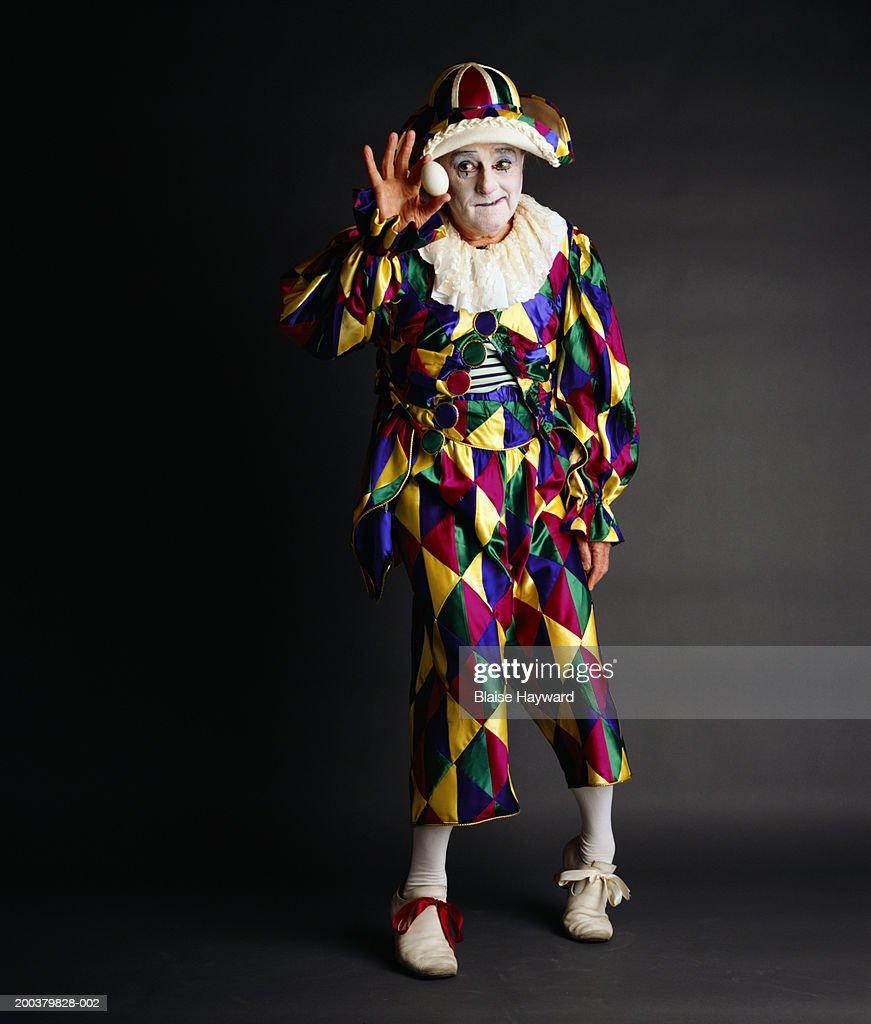 Senior clown holding egg, portrait : Foto de stock