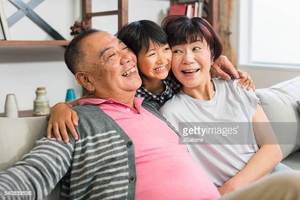 シニア夫婦と孫娘を抱いて