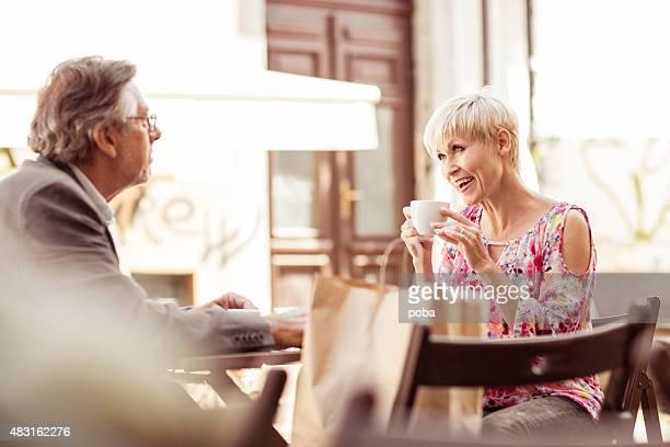 Senior couple dans un café