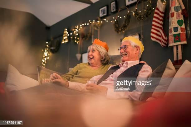 seniorenpaar zu weihnachten - kopfbedeckung stock-fotos und bilder