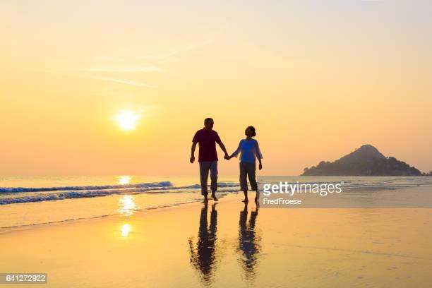 年配のカップルにゴールドのビーチ
