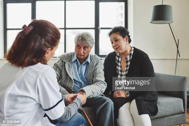 Senior pareja siendo examinado por cuidador femenino