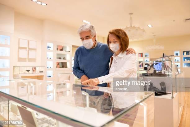 パンデミック中に宝石店で宝石を購入するシニアカップル - 宝石店 ストックフォトと画像