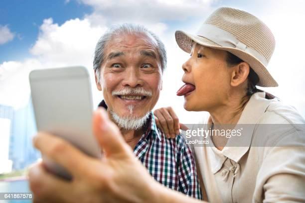Avoir des vacances ensemble des moments candides couple de personnes âgées