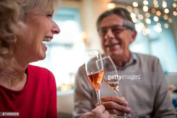 coppia di anziani che festeggia il capodanno a casa - brindisi capodanno foto e immagini stock