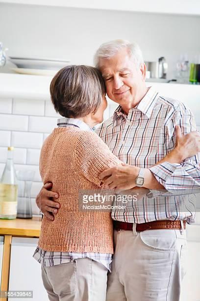 Altes Paar-Tanz in der Küche Vertikal