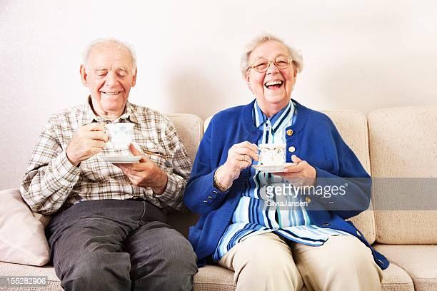 Altes Paar trinken Kaffee wie zu Hause fühlen.