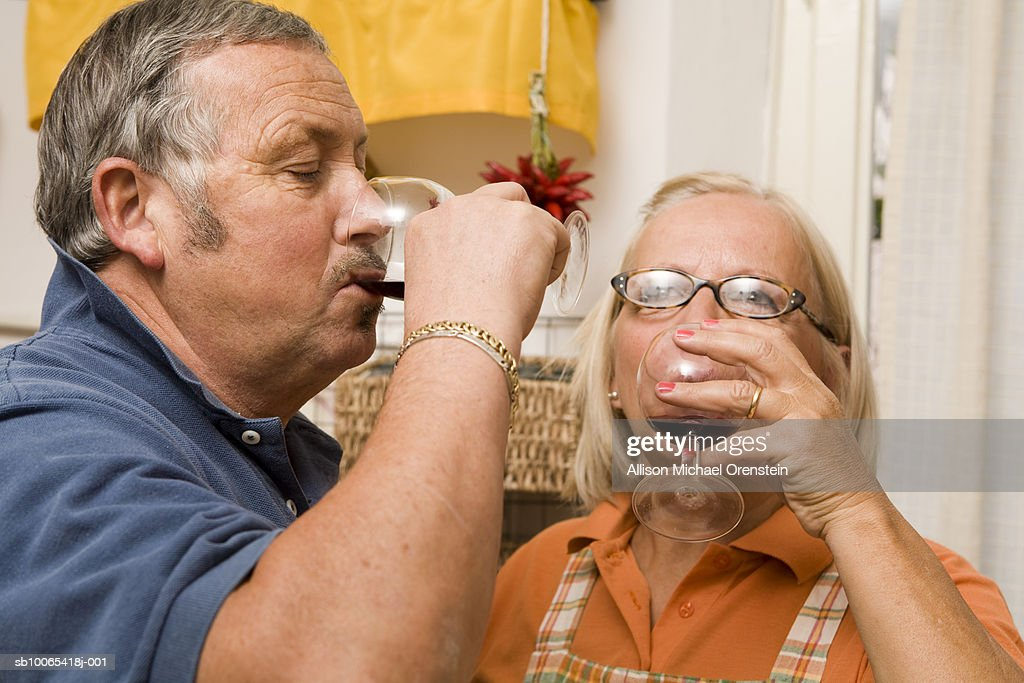 Senior couple drinking wine at home : Foto stock