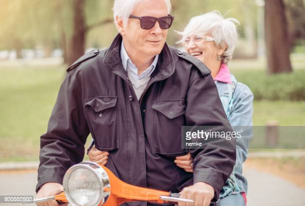 couple de personnes âgées conduire un vélo - moto humour photos et images de collection