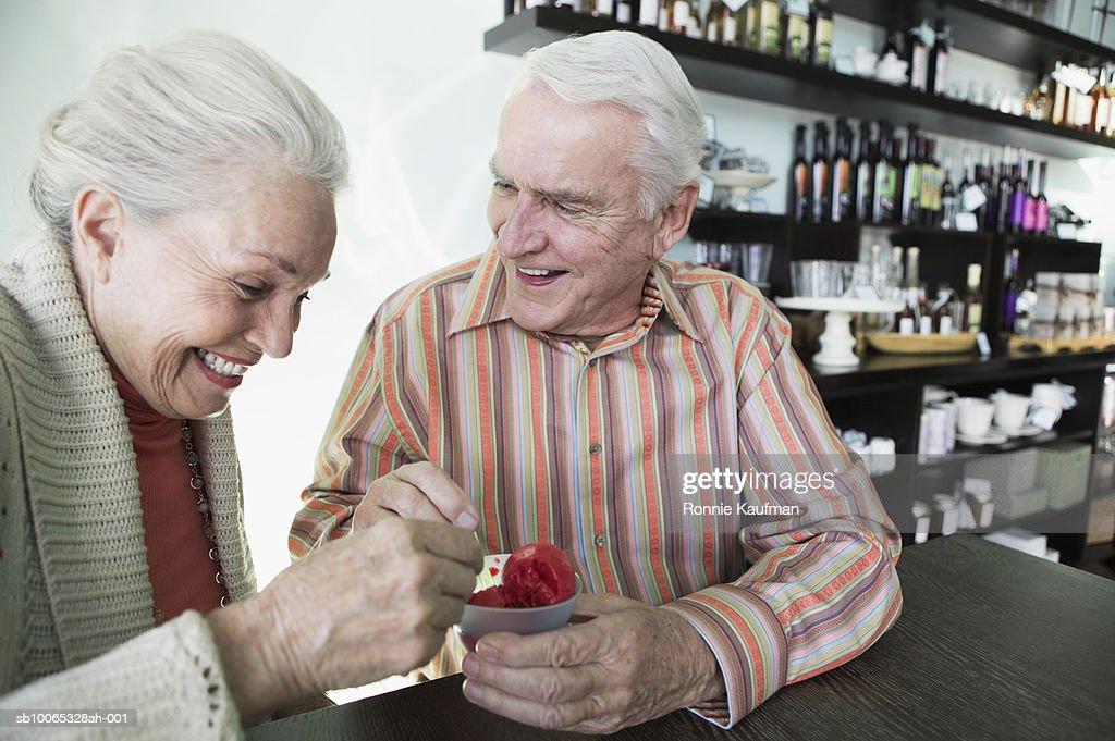 Senior couple eating ice cream, smiling : Foto stock