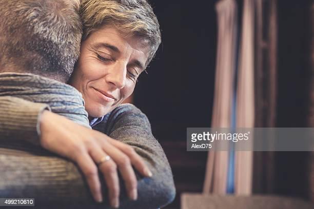 Senior par abrazar en la cocina