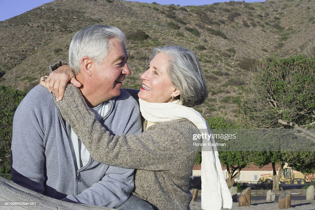Senior couple embracing, close-up : Foto stock