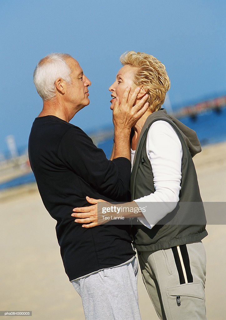 Senior couple embracing on the beach. : Stockfoto