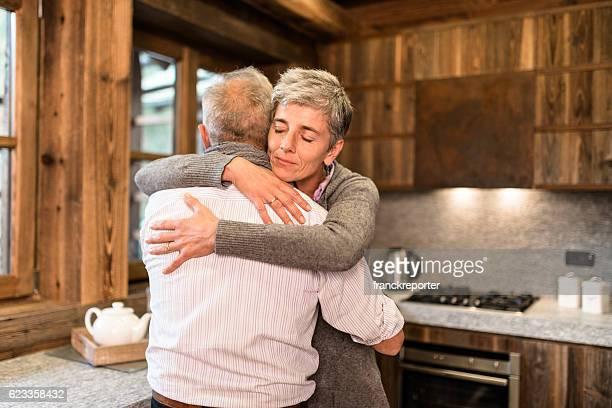 Passionnée couple senior embrassant dans la maison