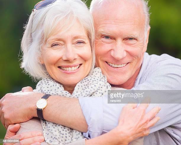 couple senior embrassant - sourire à pleines dents photos et images de collection