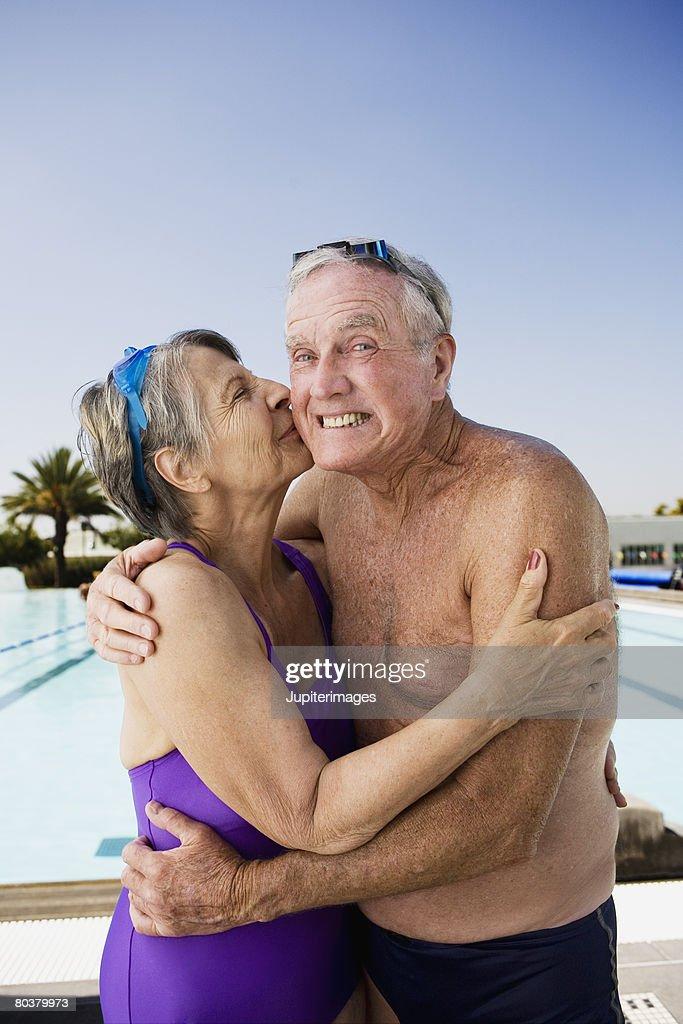 Полнометражный старичок забавляется с молодой открытый секс