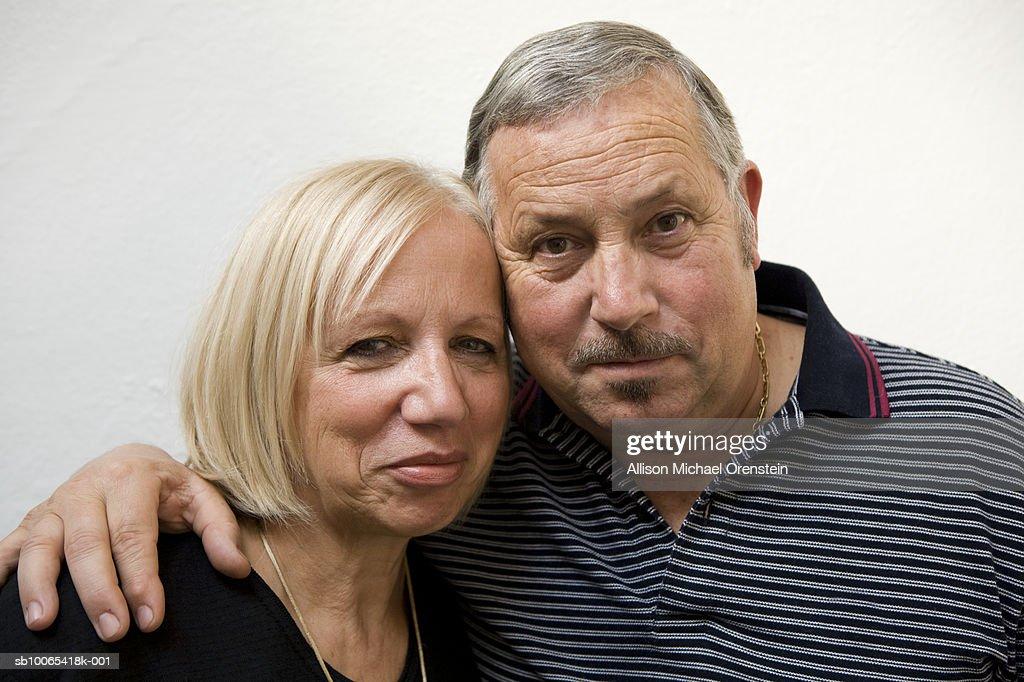 Senior couple embracing, portrait, close-up : Foto stock