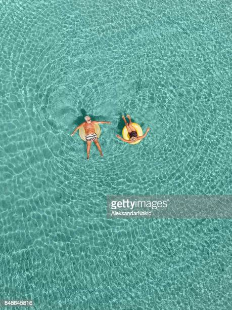 Älteres Paar genießen Meerwasser