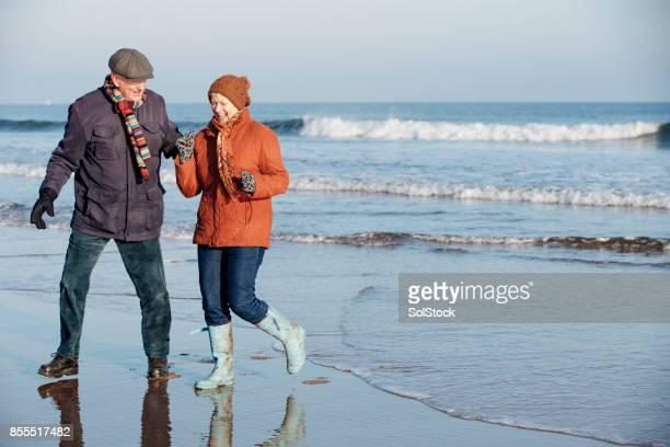 Älteres Paar genießen Sie den Strand