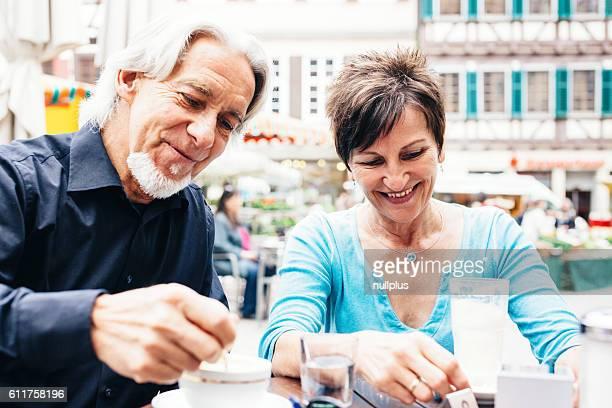 Seniorenpaar Sie ein Tasse Kaffee, Tübingen, Deutschland