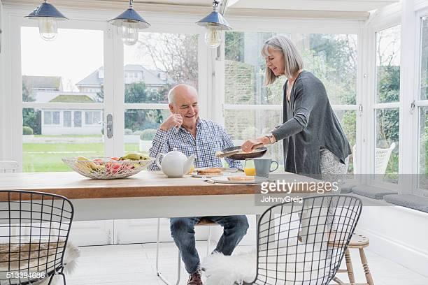 Altes Paar genießen Frühstück im Abendessen Tisch
