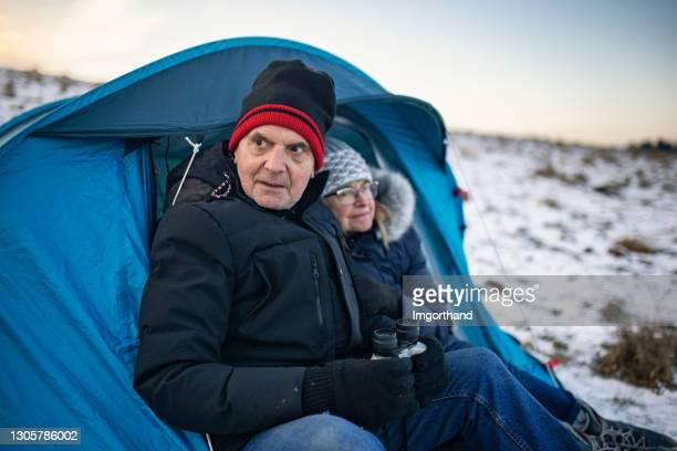 老年夫婦在山上的帳篷里露營 - 跟拍鏡頭 個照片及圖片檔
