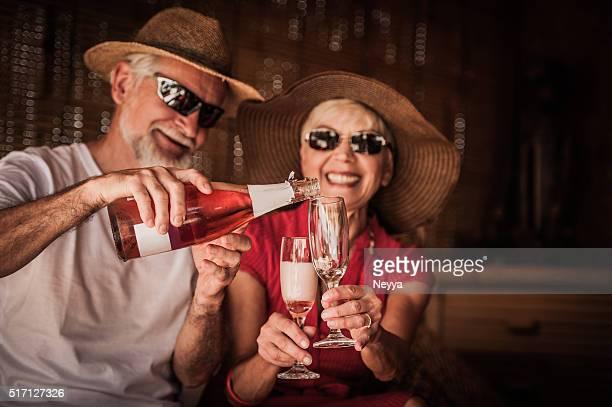 Senior couple profitant des vacances d'été avec champagne
