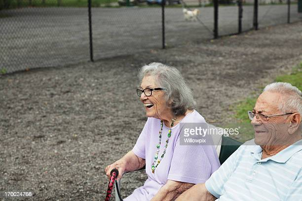 altes paar genießen sie den hund spielplatz - warzen stock-fotos und bilder