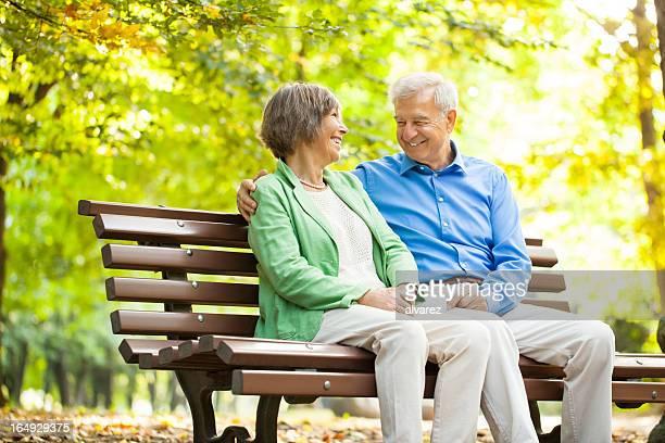 Altes Paar genießen Zeit zusammen im park