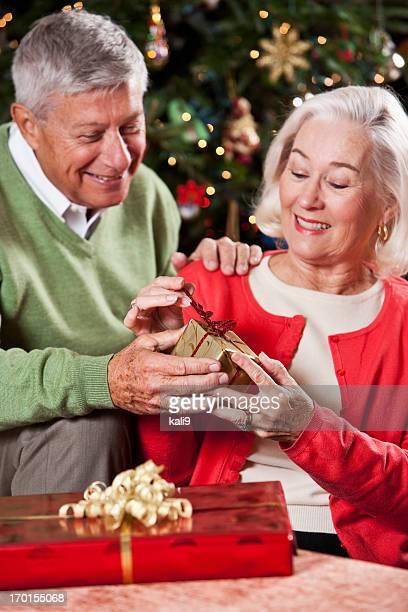 Altes Paar Austausch von Weihnachtsgeschenke