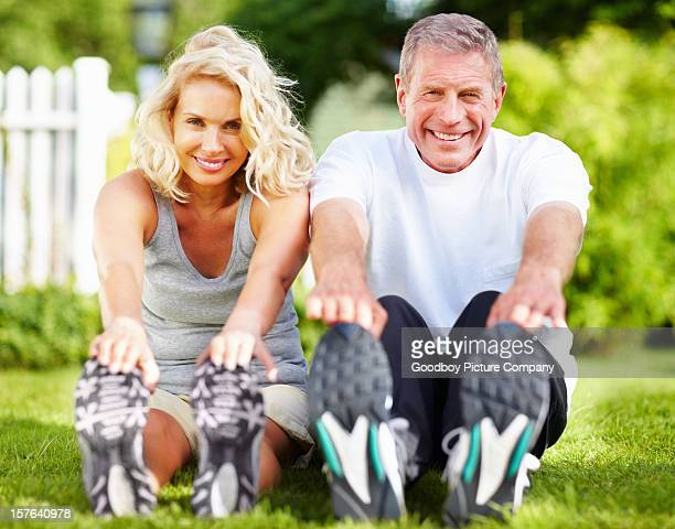couple de personnes âgées exerçant dans le parc