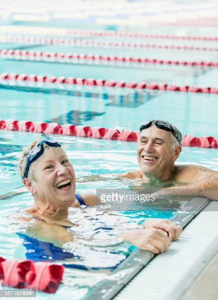 一緒に運動するシニアカップル、水泳ラップ - スポーツ用語 ラップ ストックフォトと画像