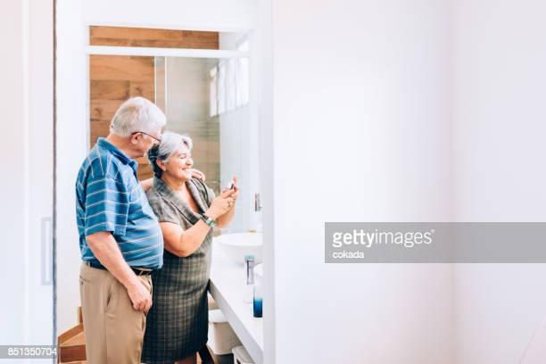 Älteres Paar, die immer bereit für eine Nacht