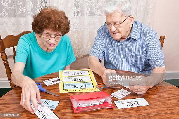 Couple Senior aller à des Coupons