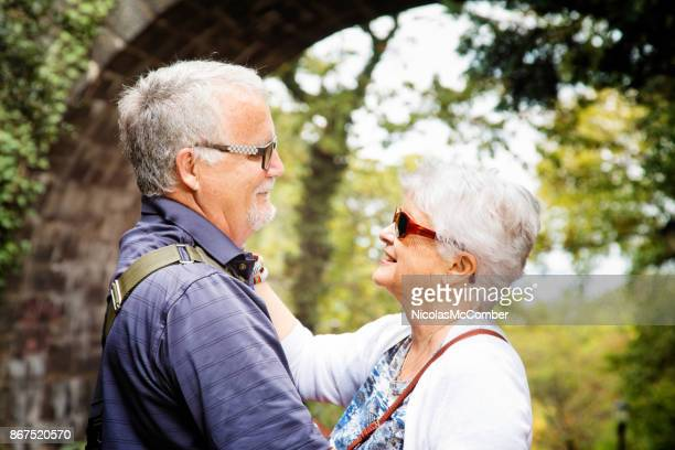 Couple de personnes âgées ayant un moment romantique à l'automne lors d'une visite d'un parc
