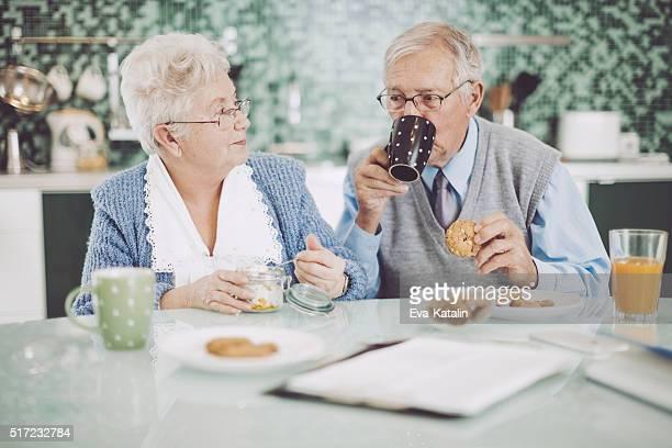 Altes Paar zusammen mit Frühstück
