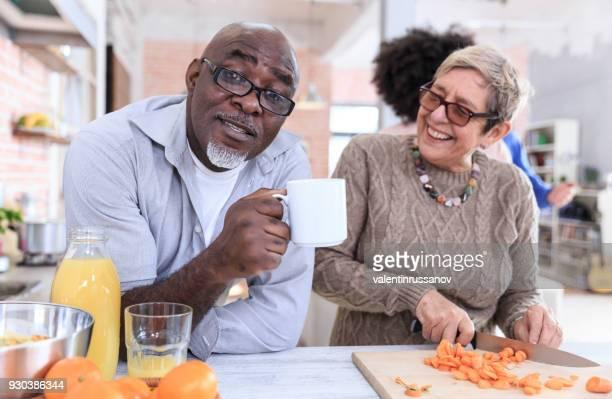 Senior paar plezier in de keuken koken gezonde voeding samen