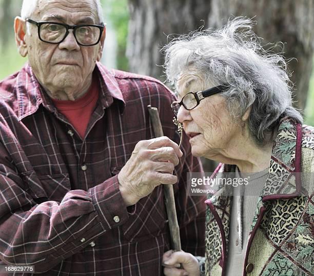 Altes Paar Spaß Sniffing Blumen