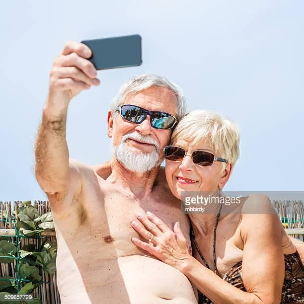 coppia senior divertendosi e fanno selfie - 65 69 anni foto e immagini stock