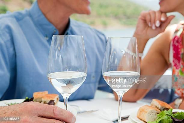 Casal Idoso tendo o almoço em um barco de Férias