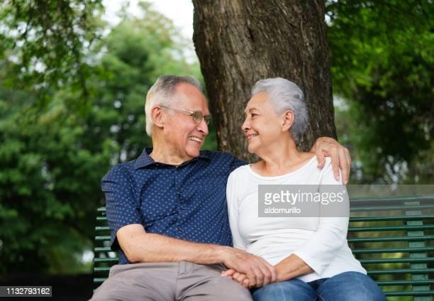 couple aîné retenant des mains - plan moyen angle de prise de vue photos et images de collection