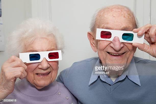 年配のカップルブルーの 3 D メガネを赤色