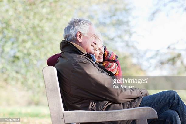 Altes Paar Umarmen in der Parkbank