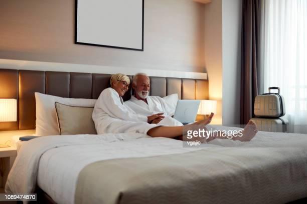 casal sênior em um hotel - cama de casal - fotografias e filmes do acervo