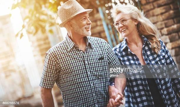 Älteres Paar in einen entspannenden Spaziergang.